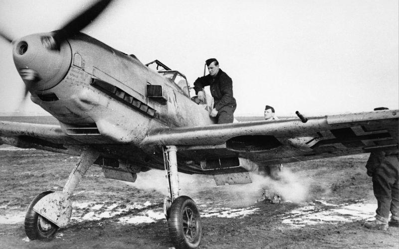 Истребитель «Мессершмитт» Bf-109E-3 перед вылетом на аэродроме в Норвегии. Апрель 1940 г.