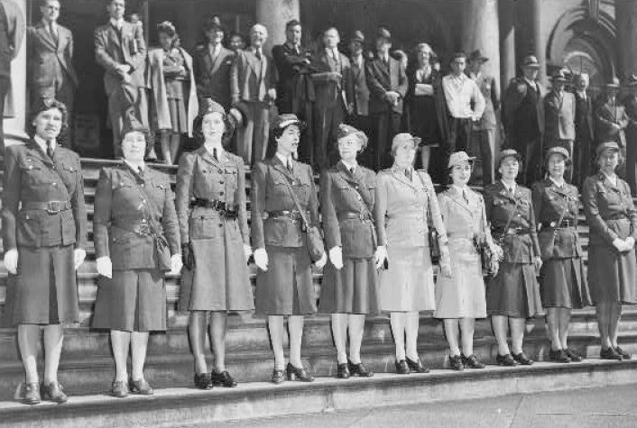 Члены Американской женской волонтерской службы в различной форме AWVS.