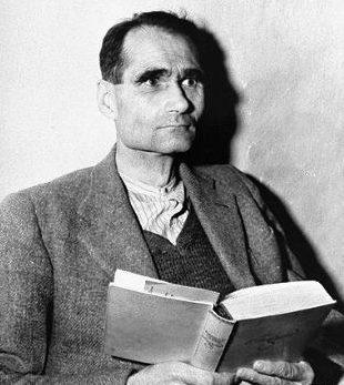 Рудольф Гесс в камере тюрьмы Шпандау. 1949 г.