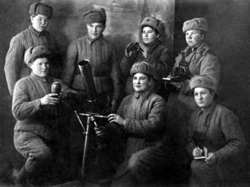Личный состав одного из расчётов 82-мм миномёта миномётной роты 1-го отдельного стрелкового батальона. Кунцево, 1943 г.