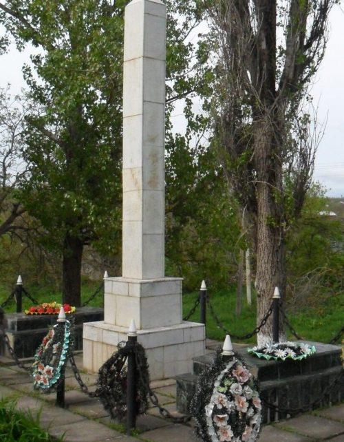 с. Калиновское Александровского р-на. Памятник у школы №7 установленный на братской могиле, где были перезахоронены 9 воинов погибших при освобождении села.