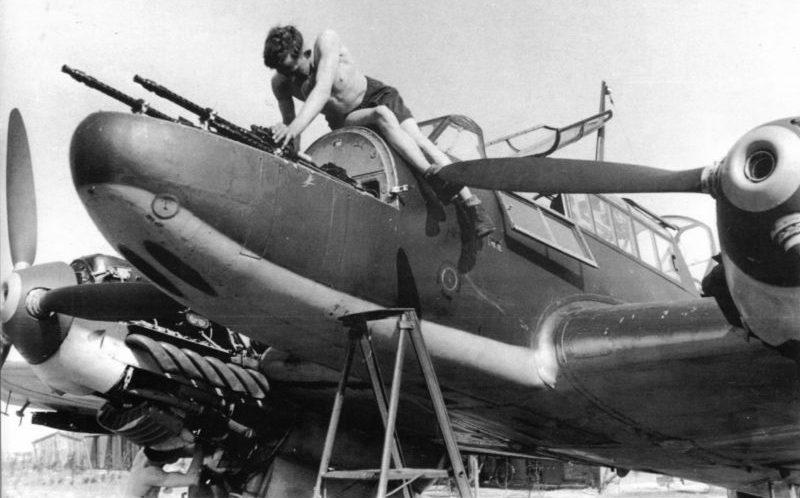Оружейник проверяет пулеметы MG-17 истребителя «Мессершмитт» Bf. 110С на аэродроме Крефельд. Май 1940 г.