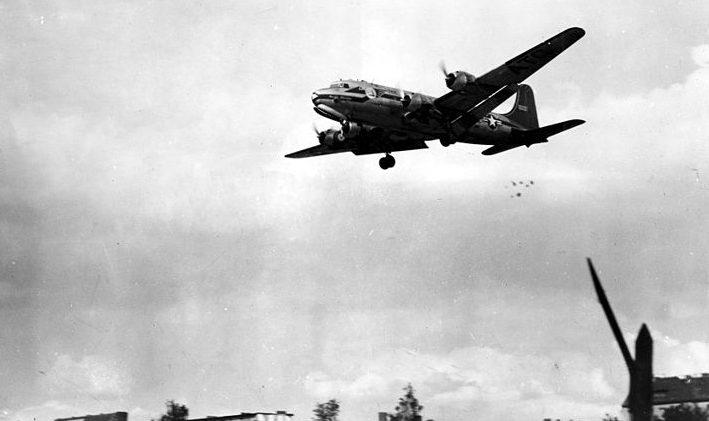 Самолет Дуглас С-54 сбрасывает конфеты над Берлином