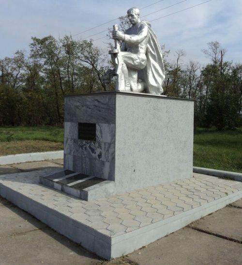 х. Красночервонный Новоалександровского р-на. Памятник погибшим воинам-землякам в годы войны.