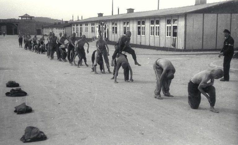 Изнурительные и бессмысленные физические упражнения были одним из способов «утомить узников». Здесь группу заключенных заставляют играть в «прыгуна».