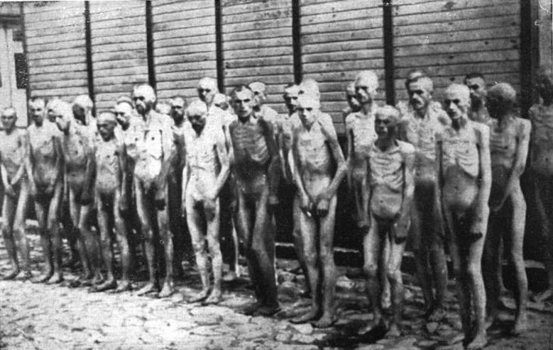 Советские военнопленные перед одним из бараков в Маутхаузене.
