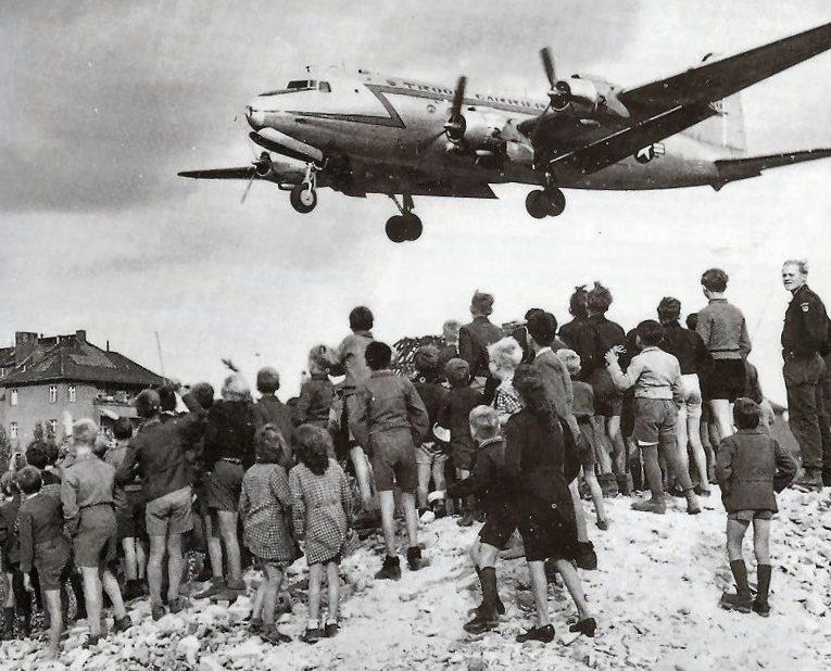 Берлинцы наблюдают за посадкой «изюмного бомбардировщика».