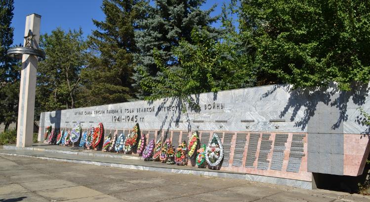 с. Калиновское Александровского р-на. Памятник, установленный в 1985 году в честь 885 земляков и 9 воинов 258–го кавалерийского полка, погибших при освобождении села.