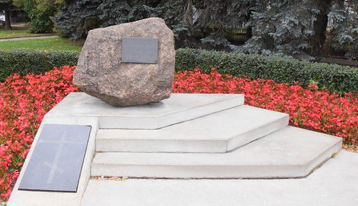 г. Псков. Памятный знак на месте казни мирных жителей в 1941 году, установленный в 2006 году у церкви Михаила Архангела.
