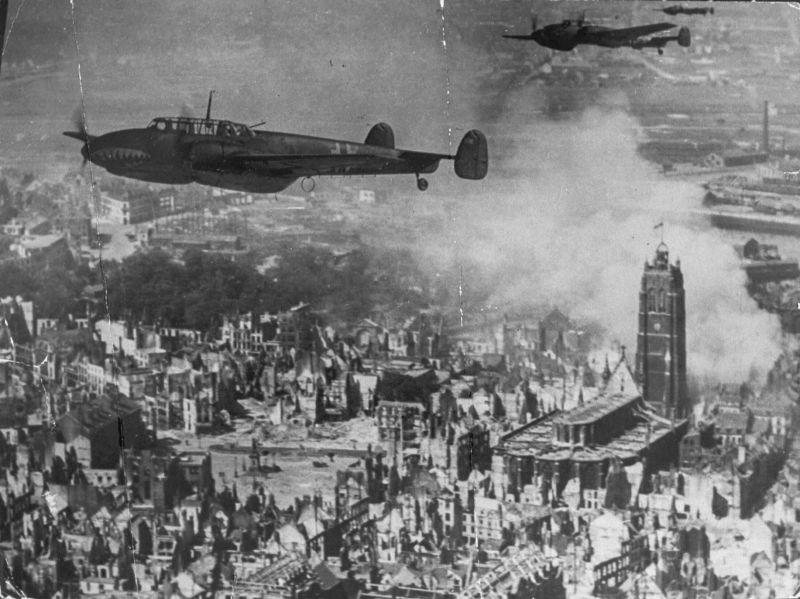 Истребители Мессершмитт Bf.110 в полете над Дюнкерком. Июнь 1940 г.