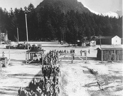 Возвращение с работ в лагере военнопленных в Юго-Восточной Аляске. Ноябрь 1945 года.