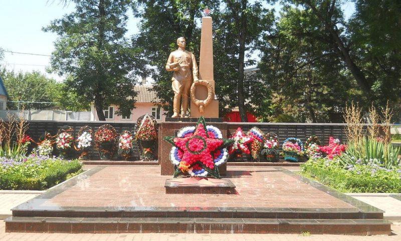 г. Новопавловск Кировского р-на. Памятник, установленный на братской могиле, в которой похоронен 31 советский воин, погибший в годы Гражданской и Великой Отечественной войн.