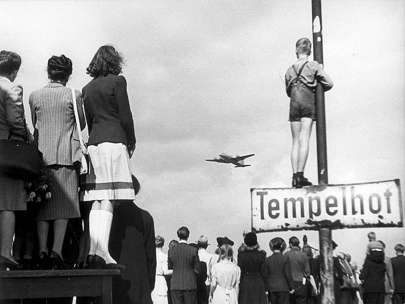 Немцы наблюдают за самолетами снабжения в Темпельхофе.