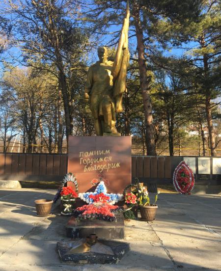 с. Круглолесское Александровского р-на. Мемориал, установленный на братской могиле советских воинов и памятные плиты с именами 922 погибших земляков.