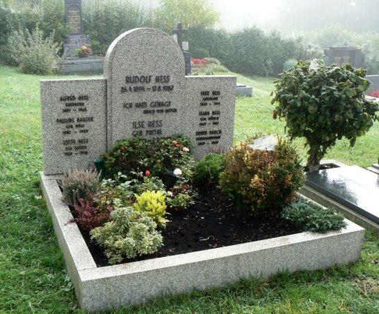 Уничтоженное в 2011 году надгробие на могиле Рудольфа Гесса в Вунзиделе.