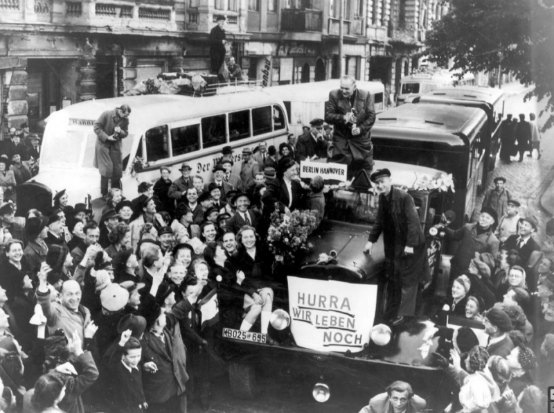 Берлинцы встречают первую автоколонну после снятия блокады. 12 мая 1949 г.