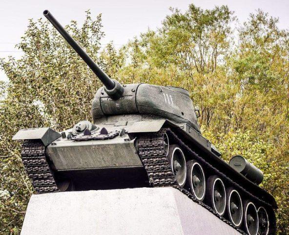 г. Новопавловск Кировского р-на. Памятник-танк Т-34, установленный в 1985 году в честь годовщины великой Победы.