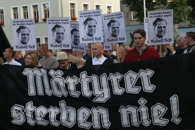 Марш памяти Рудольфа Гесса в Вунзиделе, на баннере надпись «Мученики не умирают». 2004 г.