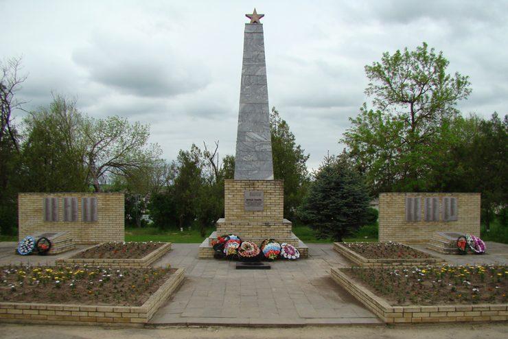 с. Саблинское Александровского р-на. Мемориал, установленный в 1990 году на братской могиле красных партизан, павших в годы гражданской и советским воинам.