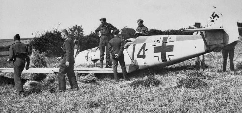 Британские солдаты у сбитого истребителя Bf. 109E-1 в районе Мэйс-Фарм. Август 1940 г.