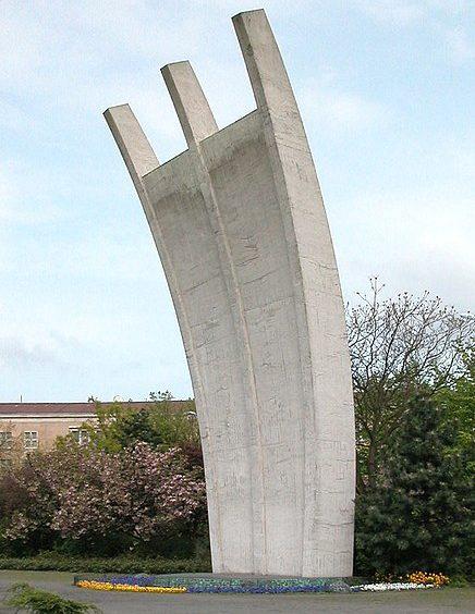 Памятник Берлинскому «воздушному мосту», установленный в 1951 году в районе Берлин-Темпельхоф с именами погибших пилотов.