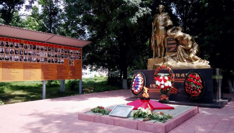 с. Орловка Кировского р-на. Памятник, установленный на братской могиле советских воинов, погибших в годы войны.