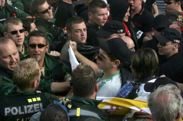 Стычки между полицейскими и неонацистами в день годовщины смерти Рудольфа Гесса в городе Графенберг.
