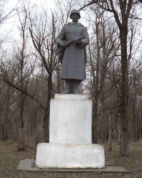 с. Саблинское Александровского р-на. Памятник советским воинам.