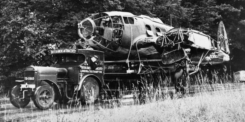 Транспортировка сбитого бомбардировщика Хейнкель He-111 на авиазавод фирмы «Канлиф-Оуэн» в Саутгемптоне. Август 1940 г.