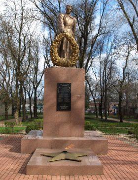 г. Новоалександровск. Памятник, установленный на братской могиле партизан Гражданской войны и 19 воинов Красной Армии, погибших в 1943 году.