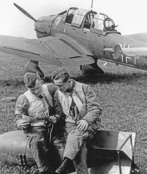 Экипаж пикирующего бомбардировщика Ю-87 во Франции. Август 1940 г.