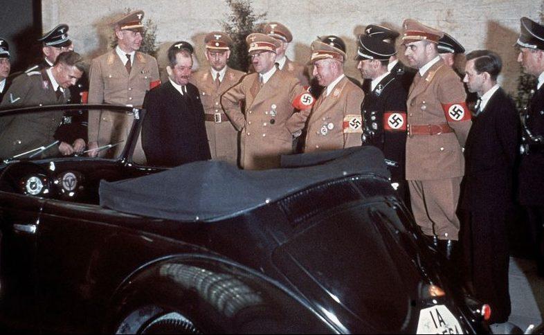 Немецкий конструктор Фердинанд Порше представляет Адольфу Гитлеру автомобиль «КдФ-Ваген», позднее получивший известность как «Фольксваген Жук». Апрель 1939 г.