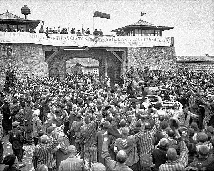 Узники лагеря встречают освободителей. 5 мая 1945 г.