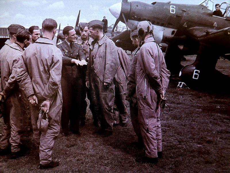Инструктаж летчиков бомбардировщиков Ю-87 перед боевым вылетом. Нормандия, август 1940 г.