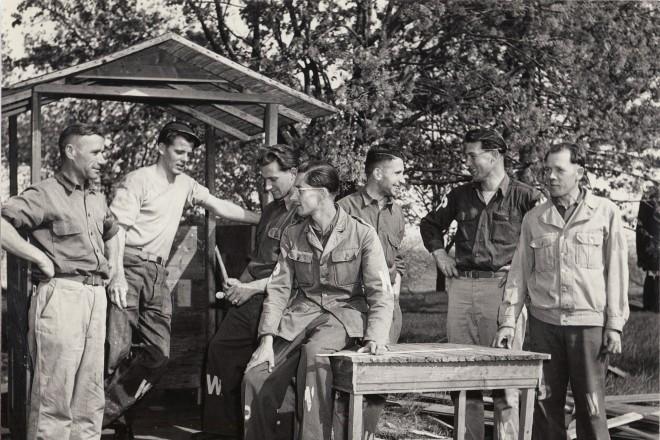 Немецкие военнопленные на сборе вишни.