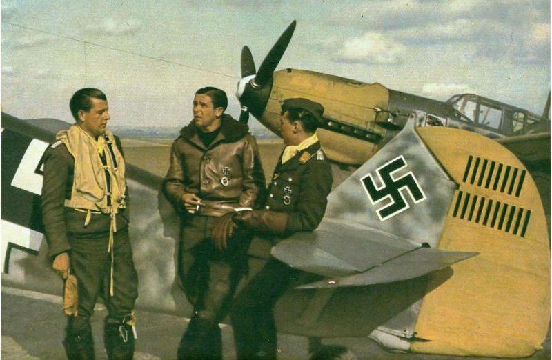 Летчики у своих самолетов Мессершмиттов BF.109E на аэродроме Кокель в оккупированной Франции. Август 1940 г.