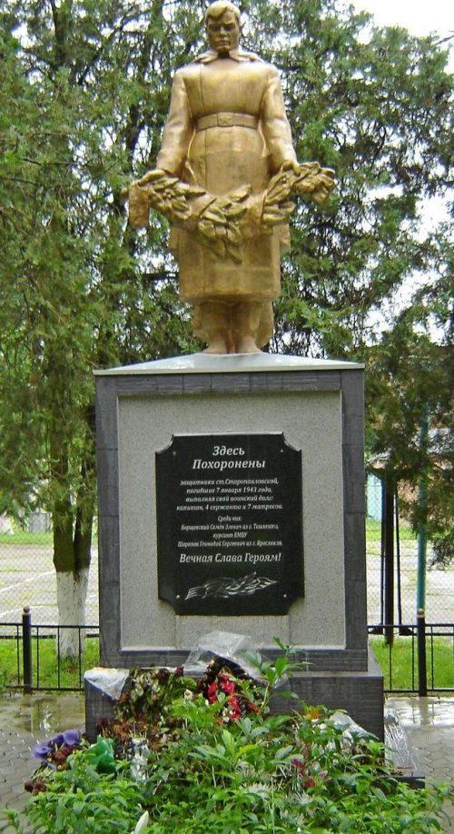 ст-ца. Старо-Павловская Кировского р-на. Памятник, установленный на братской могиле, в которой похоронено 13 советских воинов, погибшим при освобождении станицы.