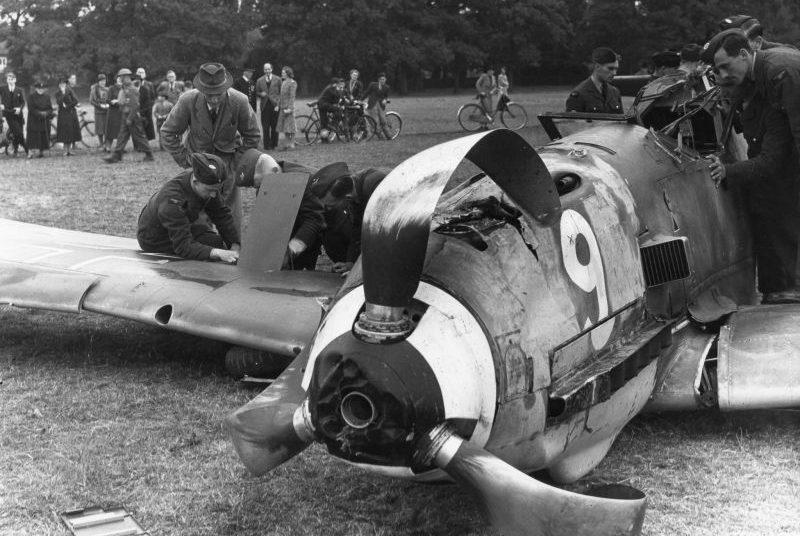 Истребитель Bf. 109E-1,совершивший вынужденную посадку в Большом Виндзорском Парке. Великобритания, сентябрь 1940 г.