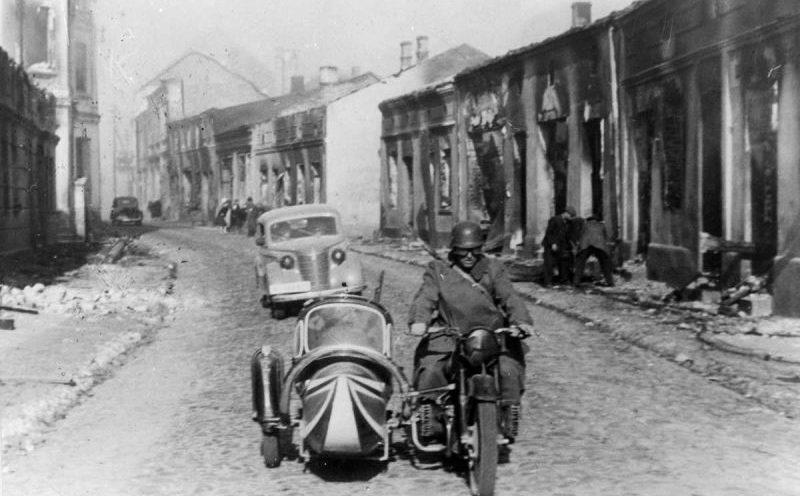 Автомобиль «Опель Олимпия» на улице разрушенного польского городка. 1939 г.
