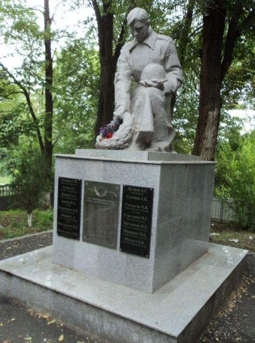 г. Новоалександровск. Братская могила 53 советских воинов, погибших в боях 1942 - 1943 годов.