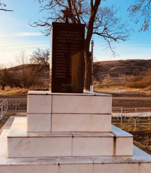 с. Алексеевское Андроповского р-на. Памятник воинам-землякам, погибшим в годы войны.