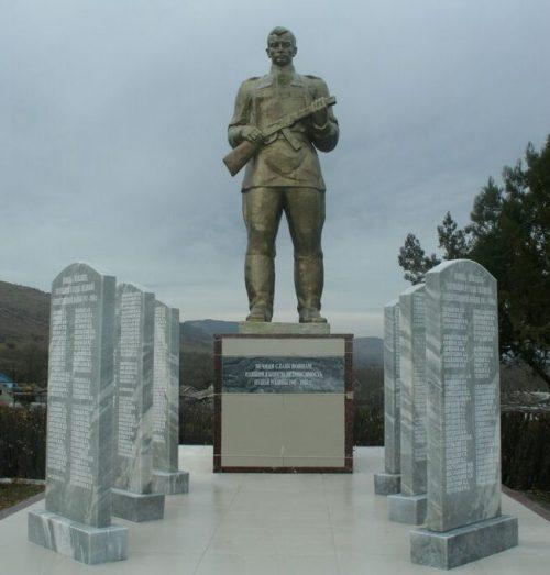 ст-ца Воровсколесская Андроповского р-на. Памятник, установленный на братской могиле, в которой похоронено 34 советских воина, погибших в годы войны.
