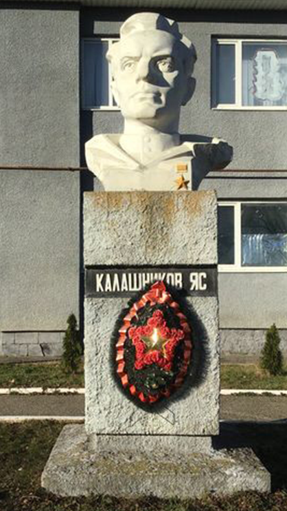 с. Приозерское Левокумского р-на. Бюст Героя Советского Союза Н.С. Калашникова погибшего в 1943 году.
