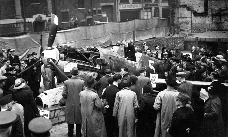 Демонстрация сбитого истребителя Мессершмитт Bf.109 жителям Лондона. Сентябрь1940 г.