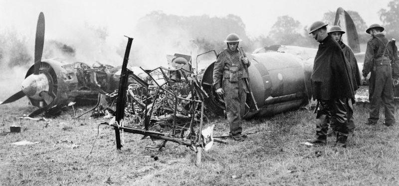 Британские солдаты у немецкого бомбардировщика Ю-88, сбитого в районе Хертингфордбери. Октябрь 1940 г.