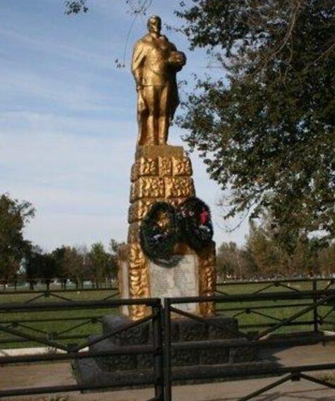 с. Приозерское Левокумского р-на. Памятник воинам-односельчанам, погибшим в годы войны.