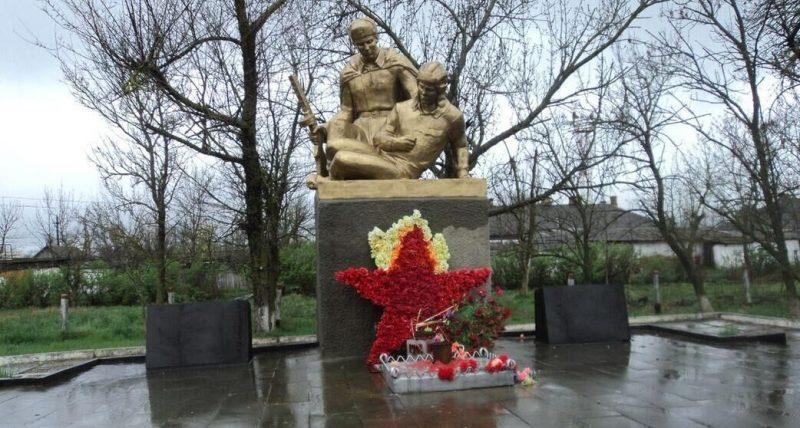 с. Водораздел Андроповского р-на. Памятник, установленный в 1990 году на братской могиле танкового экипажа старшего лейтенанта Л. П. Фролова и 2 советских воинов, погибших в годы войны. Скульптор – В. Д. Калинин.
