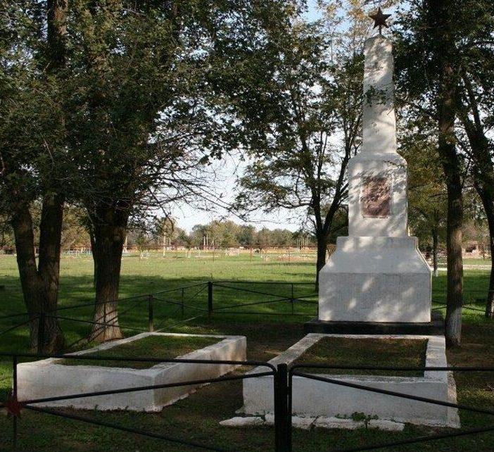 с. Приозерское Левокумского р-на. Братская могила партизан, погибших в боях с немецкими захватчиками.