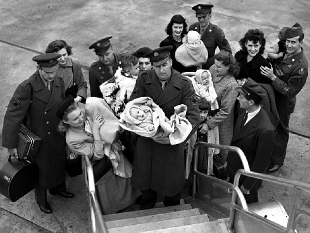 Возвращение в США солдат с европейскими женами. 1945 г.