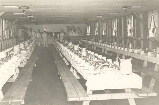 Столовая лагеря в День Благодарения. 1943 г.